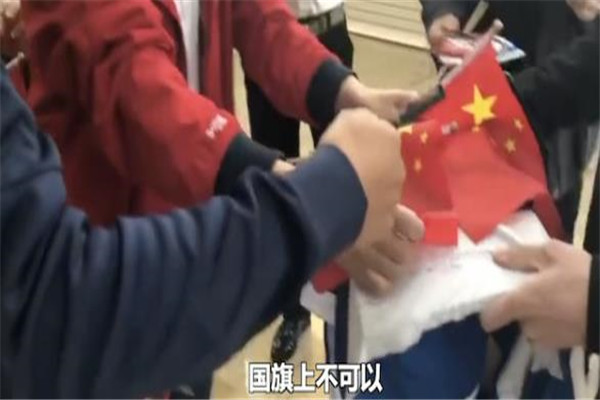 武磊,武磊拒绝在国旗上签名,武磊婉拒粉丝国旗上签名