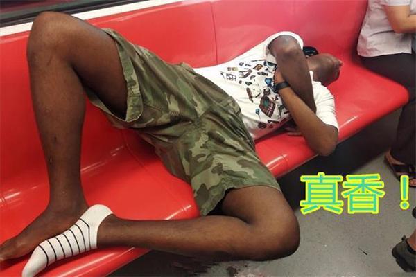 南京地铁二号线一黑人霸坐睡觉 南京地铁竟然这样回复?