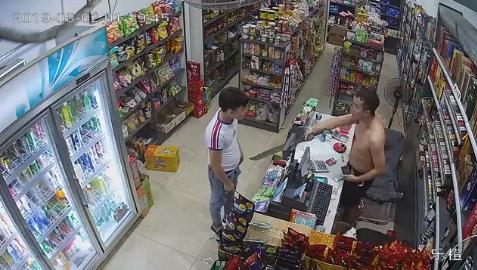 持小刀抢劫被长刀吓退,便利店老板面对劫匪霸气十足