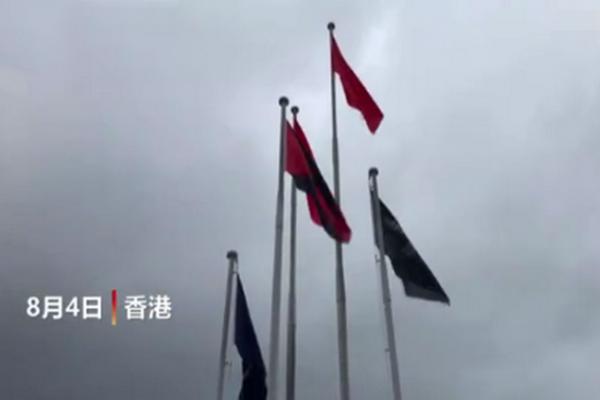 香港市民升起国旗 路过民众敬礼让人感动