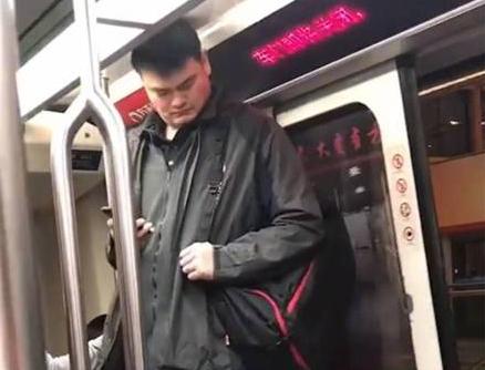 姚明被拍到坐地铁头顶车顶,淡定从容还在玩手机