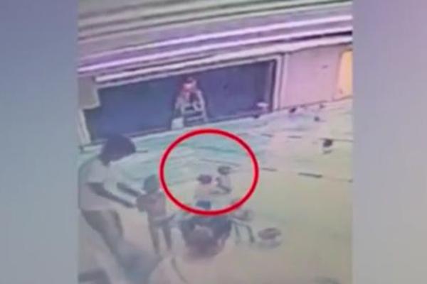 江苏常州8岁男童学游泳被猛摔视频 造成孩子心理阴影只罚2000块?