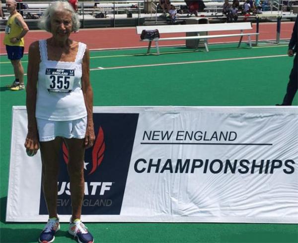 91岁老太打破400米短跑纪录,每周坚持打网球老当益壮