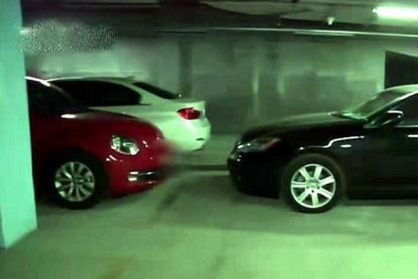 车位被邻居霸占4年,女司机有自己车位却占别人车位