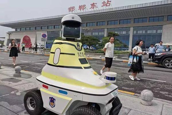 邯郸市首批机器人交警上岗 开启中国人工智能交管新纪元