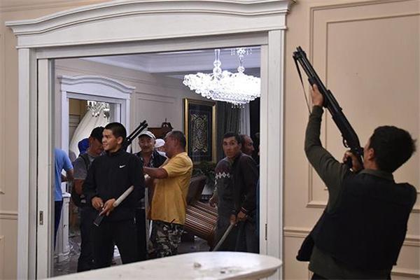 """吉尔吉斯斯坦遭遇抓捕前总统发表电视讲话 批判吉尔吉斯当局的""""残暴""""行为"""