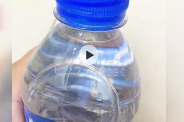 清洁公司发过期瓶装水慰问环卫工 这是当婊子还要立牌坊?