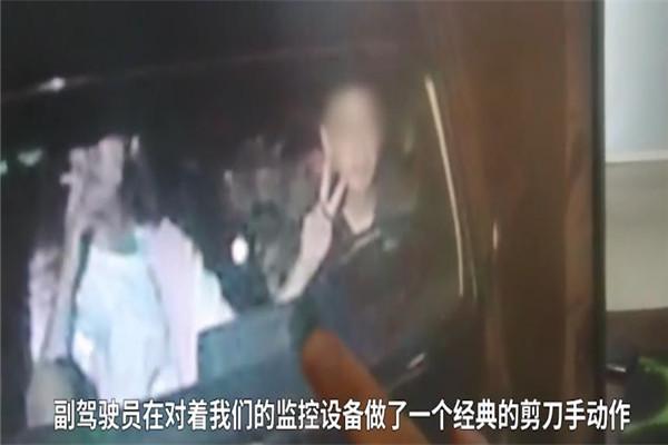 沙雕?高速路上副驾驶男子对监控比耶 交警:影响司机安全驾驶,罚款20元