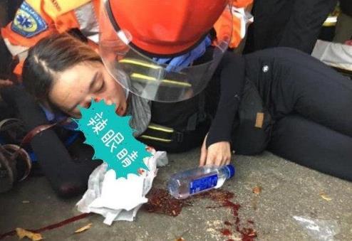 猪队友?香港港独极端分子打中自己人 一黑衣女子被同伴击中眼部血流不止