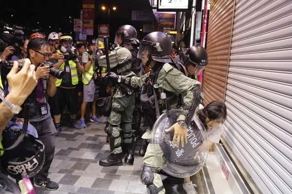 """香港外媒记者阻挡香港警方清场 外媒记者成为港独极端分子""""天然屏障"""""""