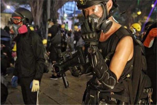 香港港独极端分子公然使用仿制枪支 可发射催泪弹汽油弹等榴弹类弹药