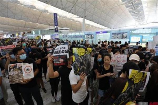 香港机场今日所有离港口已全部关闭 8月13日又有大批港独极端分子涌入机场