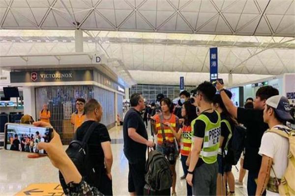 香港机场停运硬核老外怒怼示威者 老外:香港属于中国,你应该去找个工作