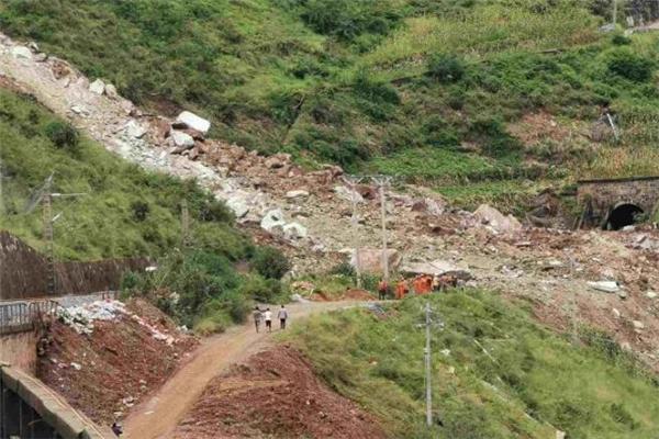 成昆铁路甘洛段突发山体崩塌 抢险清淤工作的24人遇险11名已脱险
