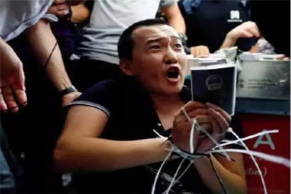 香港警方,香港,香港机场,香港暴乱,港独分子,极端分子,付国豪,环球网记者被打,环球网记者被围殴,殴打付国豪