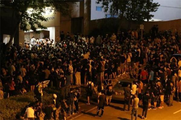 香港警方拘捕8名14日晚警署外烧衣示威者 示威者曾无视警方举旗警告