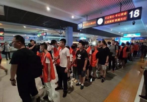 上海警方破获大型网络诈骗案,男扮女诱惑充值获利500余万