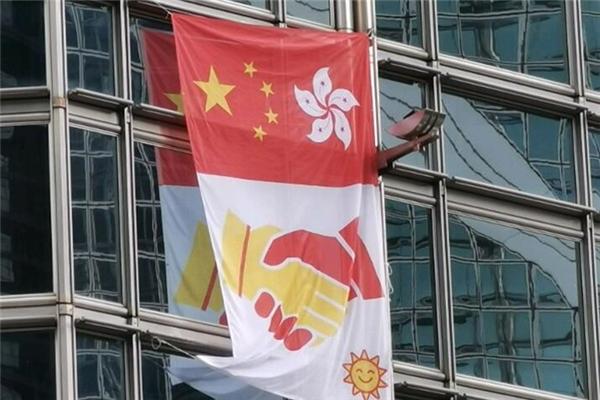 ?#26639;我?#32966;!法籍蜘蛛侠现身中环 在大厦挂中国国旗与香港区旗