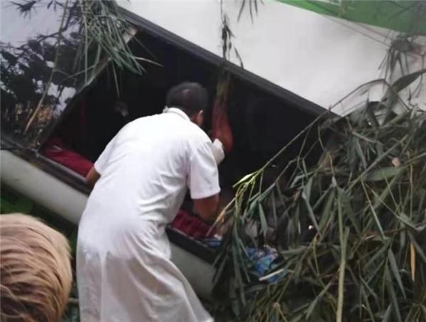 中国旅行团在老挝遭遇车祸,事故已造成14人遇难另有2人失联