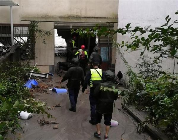 汶川游客不听劝阻回房休息,山洪爆发被困客房