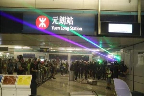香港港独极端分子进入香港地铁元朗西站与警方对峙 破坏公物设置障碍物