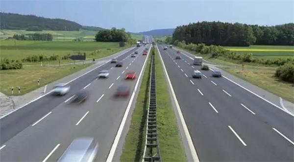 德国8岁男童偷开车,高速路上车速飙到140被吓坏