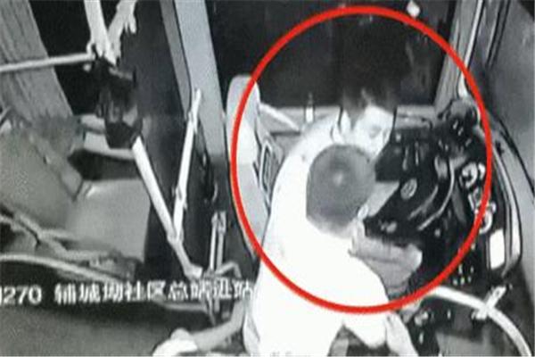 深圳一醉汉公交上熊抱女乘客并辱骂 男司机出面制止反遭强吻