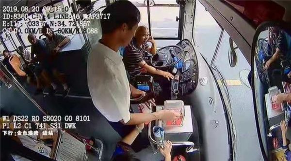 郑州男子坐公交连投数百元,他究竟有何目的?
