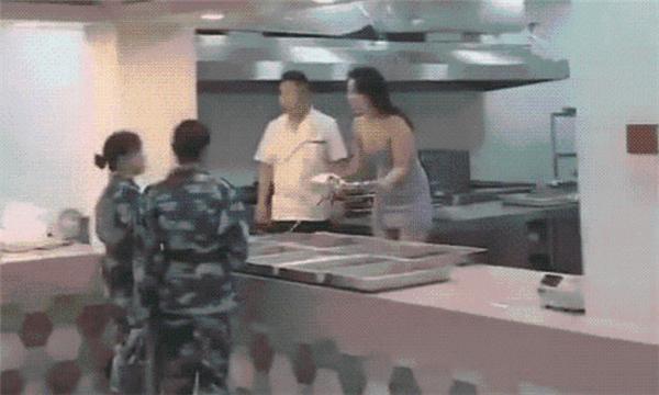 """食堂""""阿姨""""穿低胸裝給學生打飯,網友強烈反對不公平競爭!"""