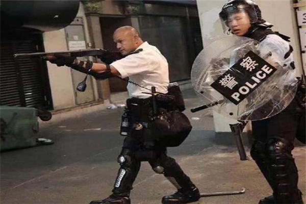 """10名香港警员将参加国庆庆典 包括暴徒围攻葵涌警署负伤的""""光头警长"""""""
