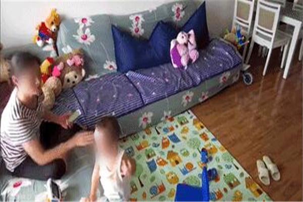 凶残!保姆虐待2岁男童 推倒掌掴加鞋底抽脸,3分钟殴打10多次