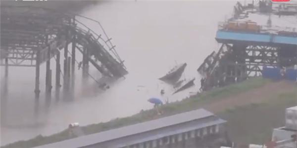 安徽一在建大桥垮塌,事故已致2死15伤另有2人失联