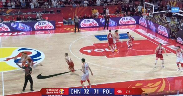 男篮世界杯小组赛中国队憾负波兰 周琦发球低级失误姚明无奈苦笑