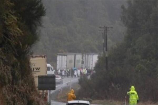 新西兰一载有中国游客大巴翻车 致6人死亡多人受伤