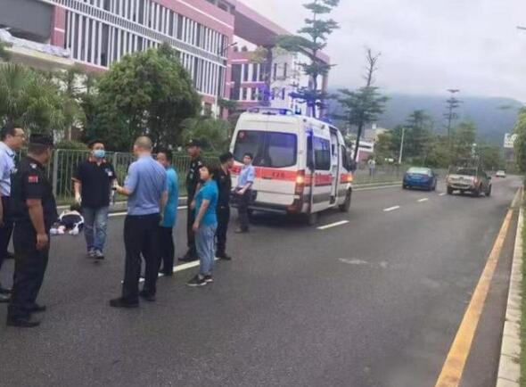 深圳坪山一学生过马路被撞飞十几米 肇事车辆没有减速迹象且压线行驶
