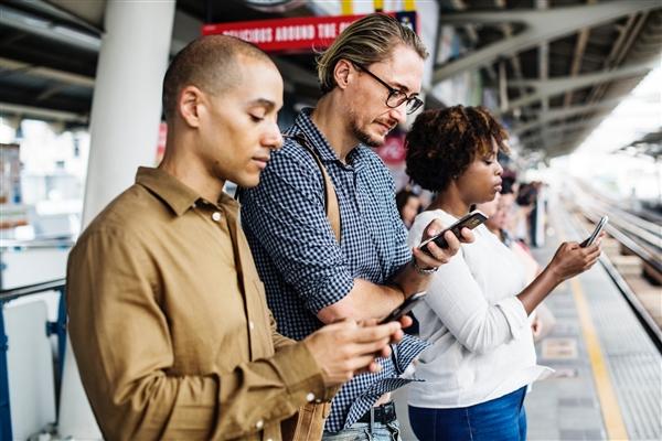 低头玩手机对女性颈椎伤害更大 原因是男性脖子比女性脖子长