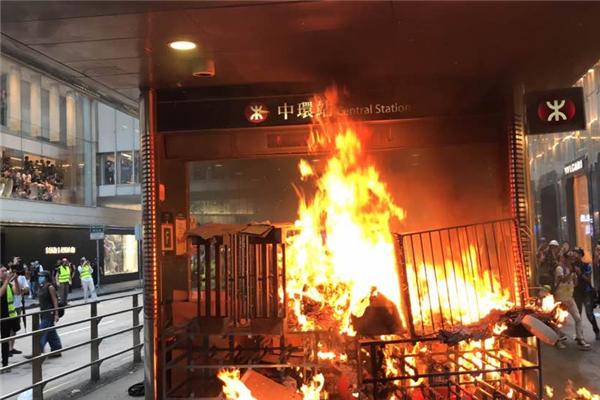 香港港独极端分子在地铁站口纵火 有香港地铁员工被暴徒投掷物砸伤