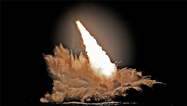 """美軍出動核潛艇,先后4次對""""三叉戟""""導彈進行了試射"""