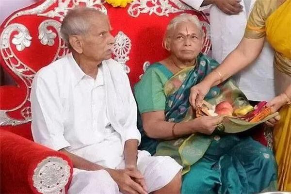 印度74岁老太生双胞胎女儿打破世界纪录 第二天82岁丈夫高兴得中风