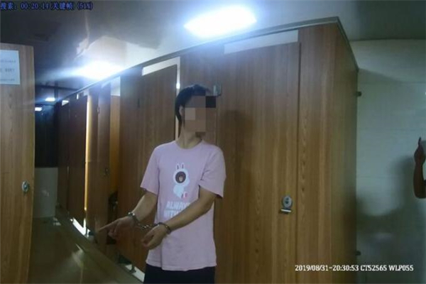 余杭一男子寻刺激在女厕所偷拍 被逮住时下跪求女事主放过