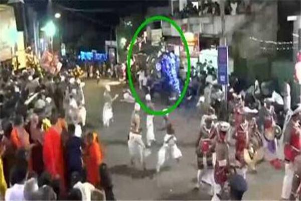 斯里兰卡庆典两头大象失控冲向人群 现场至少18人受伤