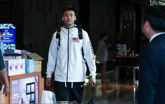 中国男篮队员赵睿穿美国队外套 他想表达什么?