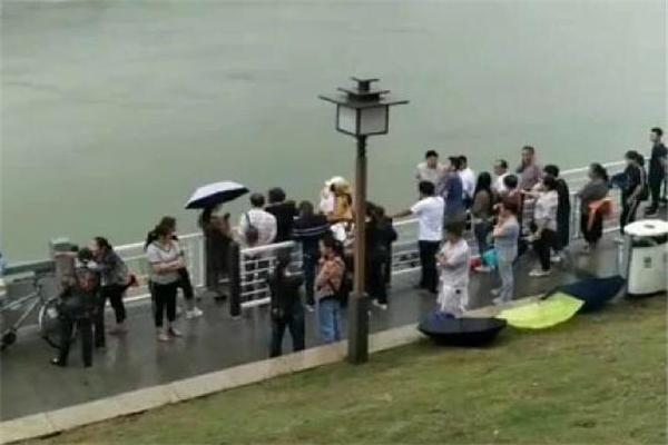 父子同在金沙江边散步儿子不慎落水 父亲跳江试图救儿子双双被冲走