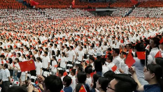 大学新生强行上台演讲,未当选代表强行上台,武汉大学