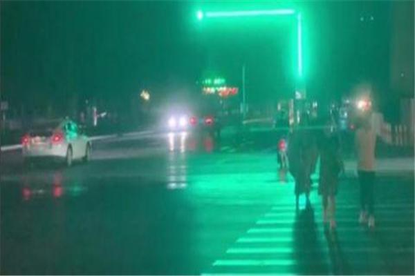 河北邯郸Plus版红绿灯 犹如一根大型荧光棒,交警表示还在试点阶段