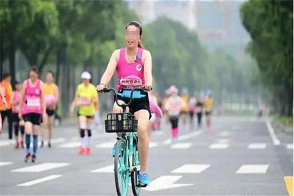 共享单车,参加马拉松违规骑共享单车,女子参加马拉松违规骑共享单车,女子半马违规骑共享单车,马拉松违规骑共享单车