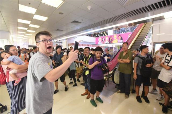男子高唱国歌被香港暴徒围堵打伤 暴徒泯灭人性当着孩子面施暴
