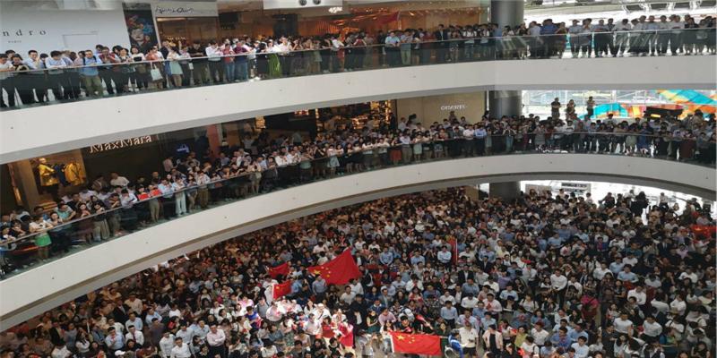 香港中环上千市民齐唱国歌声援被打男子 众人高喊:中国香港加油!