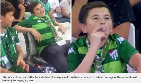 球赛看台有儿童抽烟,土耳其球赛看台有儿童抽烟,儿童抽烟
