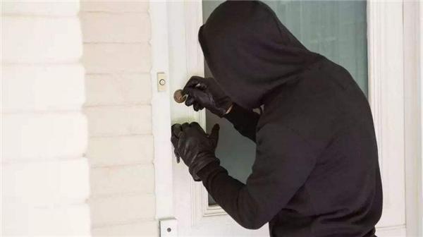 入室盗窃被挂栅栏,黑龙江男子入室盗窃,入室盗窃